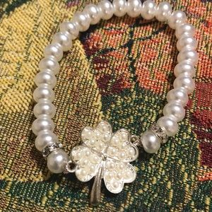 Pearl bracelet with clover of 4 hearts.